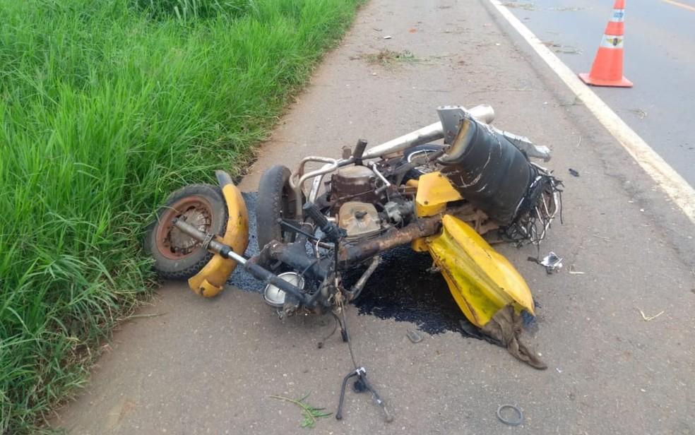 Moto em que estava casal que morreu no acidente na GO-060 — Foto: Divulgação/Corpo de Bombeiros