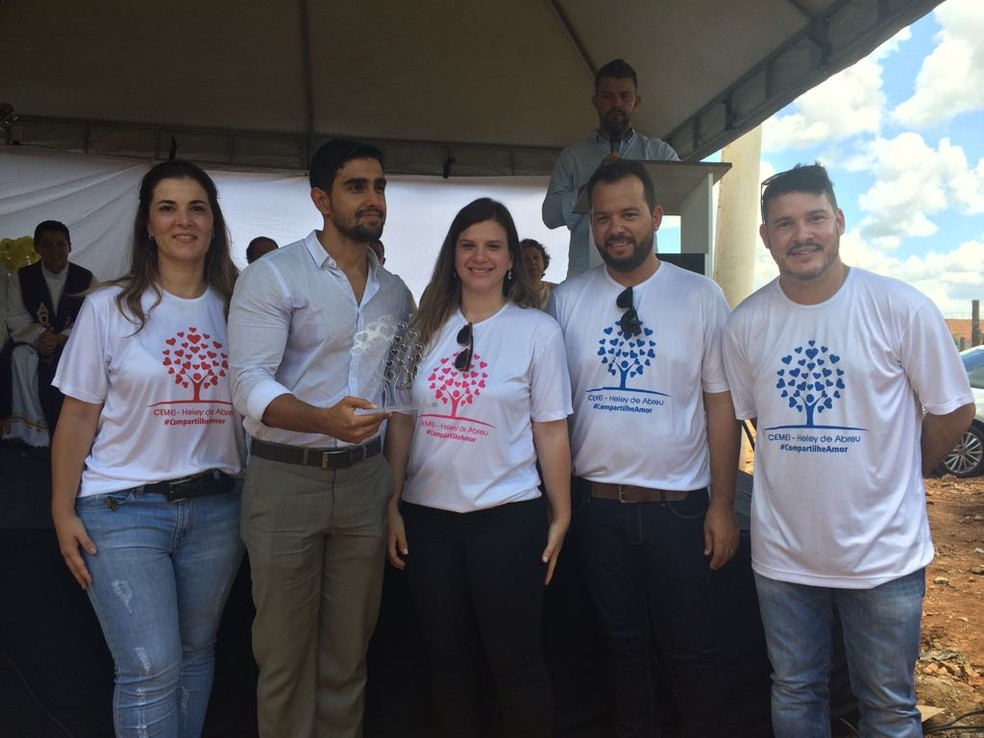 Grupo de voluntários que ajudou na reconstrução da escola participou da cerimônia de lançamento do novo prédio (Foto: Juliana Peixoto/G1)