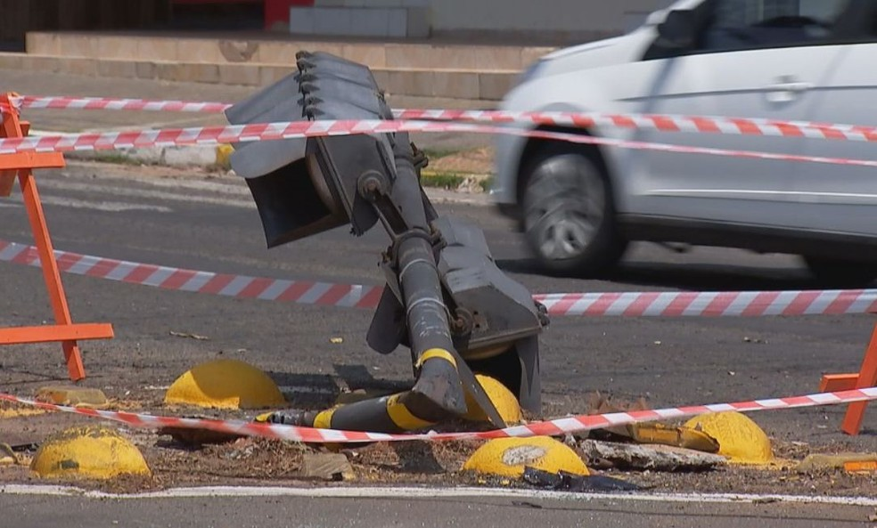Semáforo tombou após ser atingido por um dos carros no cruzamento em Bauru — Foto: Cesar Evaristo / TV TEM