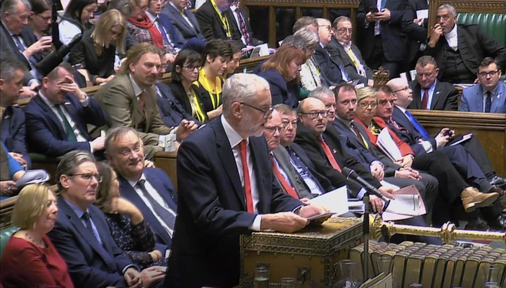 Deputado Jeremy Corbyn, líder do Partido Trabalhista que apresentou moção de desconfiança contra Theresa May, fala nesta quarta-feira (16) no Parlamento britânico — Foto: House of Commons/PA via AP
