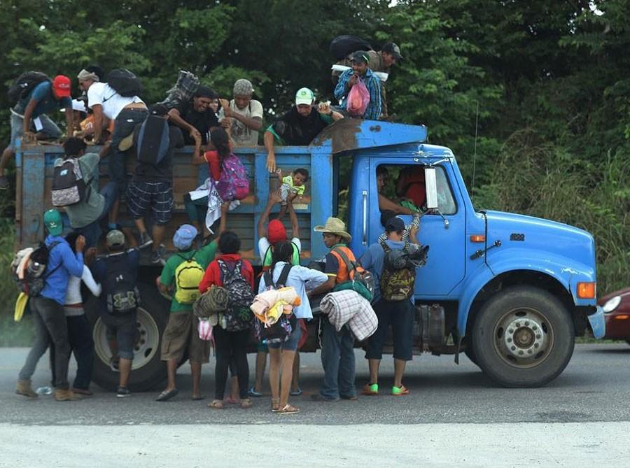 Crianças são embarcadas em caminhões que dão carona aos migrantes (Foto: Héctor Alfaro)