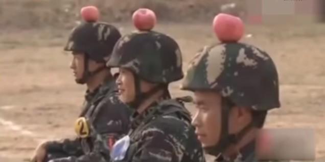 Soldados exibem maçã como alvo sobre suas cabeças