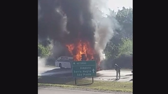 Ônibus de transporte de passageiros pega fogo em rodovia de Amparo; VÍDEO