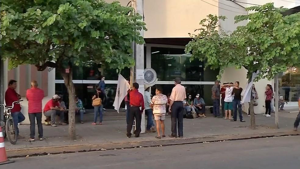 Representantes das famílias em vigilía em frente à Justiça Federal (Foto: TVCA/Reprodução)