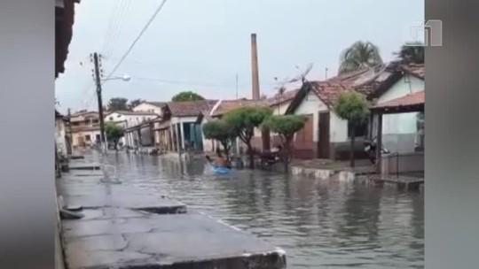 Morador usa caiaque para transitar em rua alagada de Parnaíba e vizinho; veja vídeo