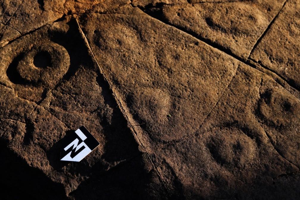 No total, foram identificadas e registradas cerca de 100 gravuras em duas rochas que fica no topo de um morro no sítio arqueológico — Foto: Raquel Schwengber/Espaço Arquelogia/Divulgação