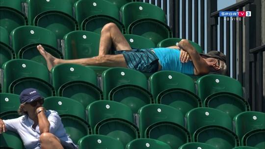 Nem aí! Torcedor deita sobre cadeiras na arquibancada durante jogo em Miami