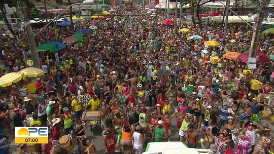 Com frevo e passinho, Camburão da Alegria anima foliões e estica a festa em Olinda