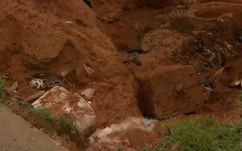 Cratera no bairro de Periperi se formou por conta das fortes chuvas em Salvador (Foto: Reprodução/ TV Bahia)