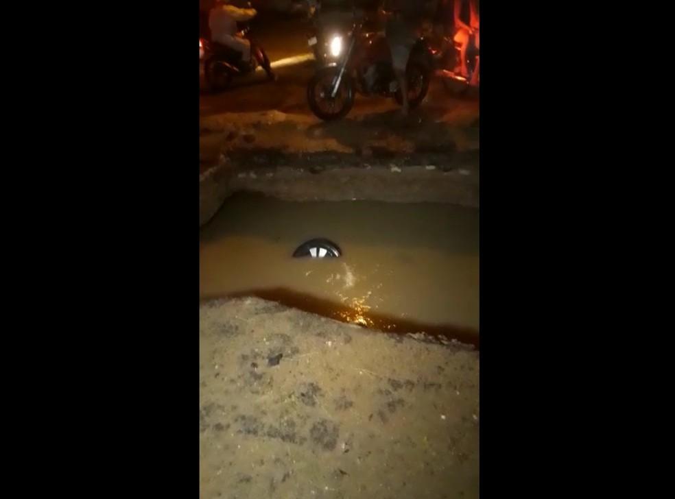 Carro caiu em cratera em Mossoró — Foto: Reprodução
