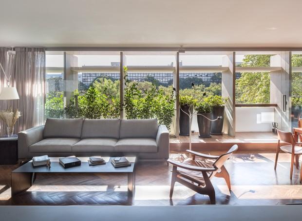 LIVING | Verde bem aproveitado: além das plantas do jardim interno, da janela é possível ver as copas das árvores vizinhas (Foto: Joana França/Divulgação)