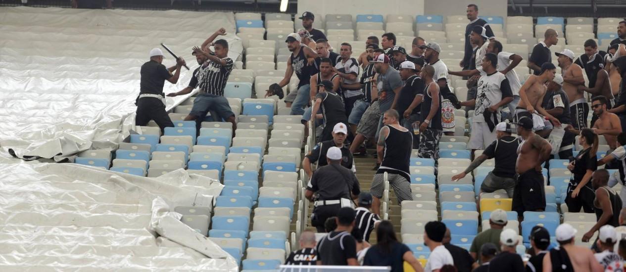 Policiais tentam conter torcedores do Corinthians no Maracanã