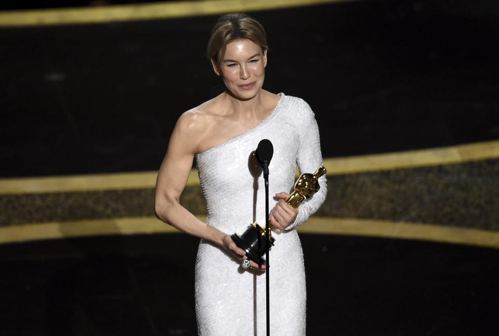 Renee Zellweger recebe o Oscar de melhor atriz por 'Judy' — Foto: Chris Pizzello/AP