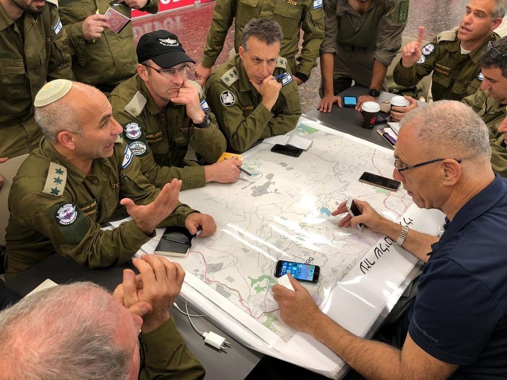 Delegação de Israel reunida momentos antes do embarque em direção a Brumadinho, MG — Foto: Reprodução/Twitter/Forças de Defesa de Israel
