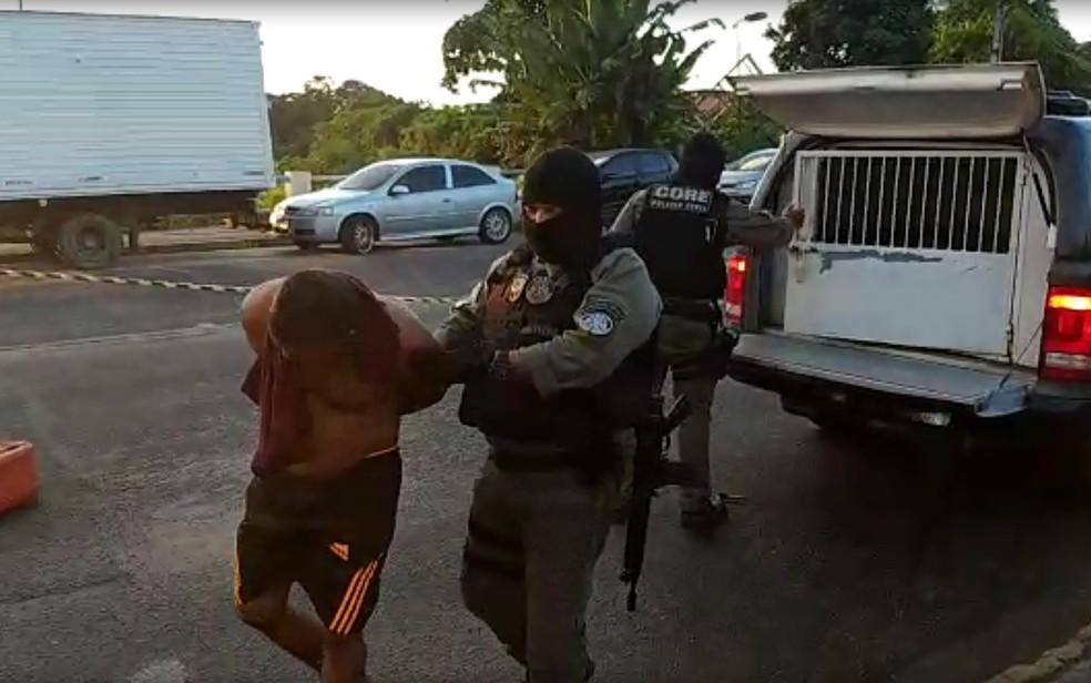 Homem preso durante cumprimento de mandado na Operação Punisher, da Polícia Civil, nesta sexta-feira (17) — Foto: Reprodução/PCPE