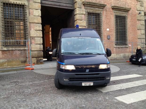 Van que transportou Pizzolato para audiência em Bologna deixa Corte de Apelações nesta sexta-feira (7). Ele permanecerá preso em Modena (Foto: Paolo Tomassone/Especial para o G1)