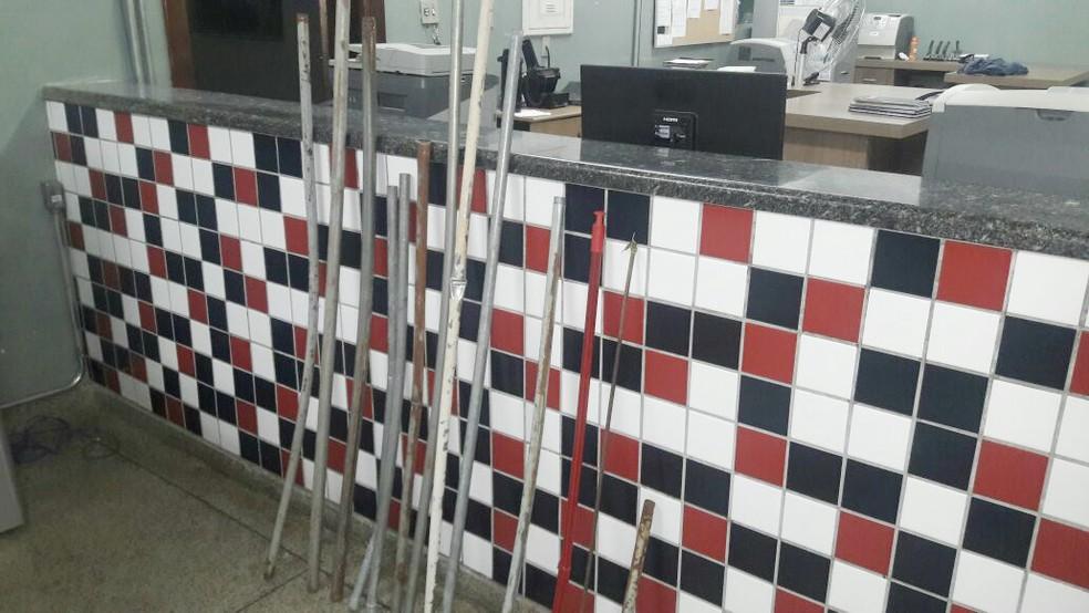 PM apreendeu 13 barras de ferro durante briga de torcidas em Franca, SP (Foto: Marcelo Valim/Rádio Difusora)