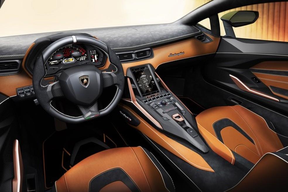 O interior do conceito apresentado tinha predominância da cor laranja; o empresário brasileiro optou pelo acabamento preto — Foto: Divulgação