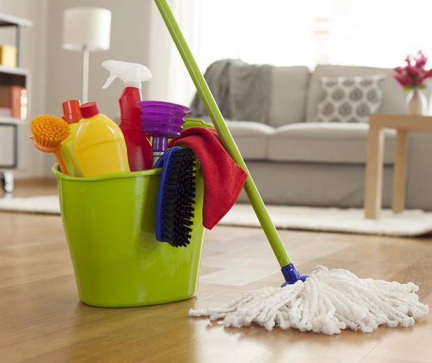 Juntar todos os produtos que serão usados na faxina ajuda a economizar o vai e vem pela casa (Foto: ThinkStock)