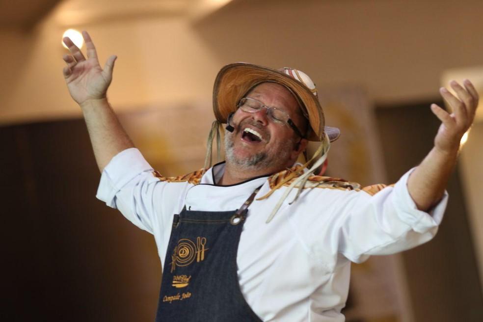 Chef Cumpade João, que é o anfitrião do Degustando o Brasil, recebeu o Prêmio Dólmã como embaixador da gastronomia brasileira em 2018 — Foto: Anderson Freire/Divulgação