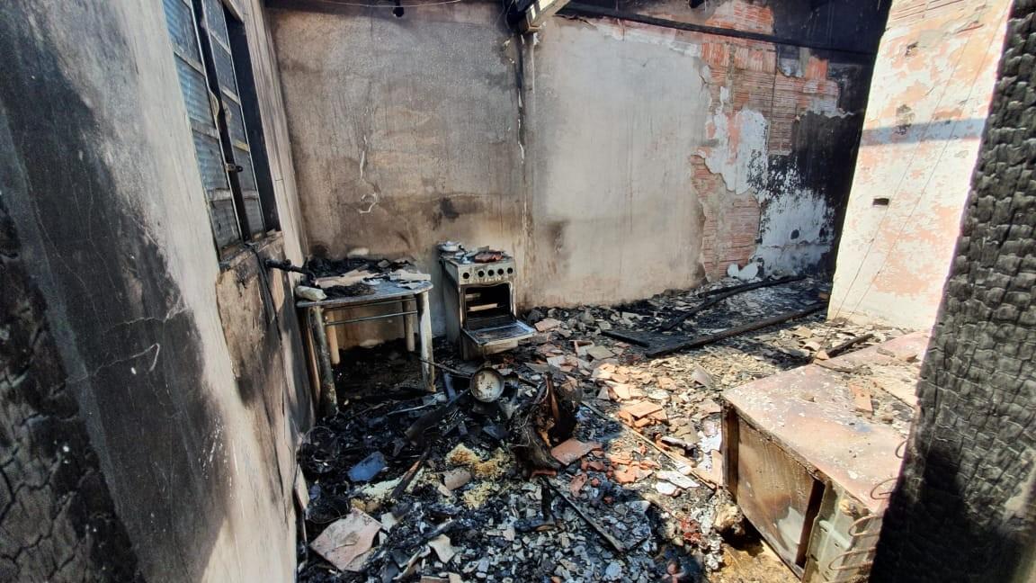 Incêndio provocado por vazamento de gás destrói casa em Capivari - Notícias - Plantão Diário