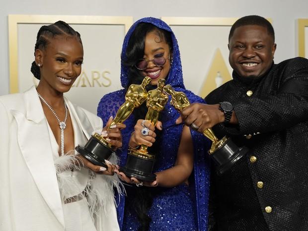 """Tiara Thomas, H.E.R. e Dernst Emile II vencem o Oscar de Melhor Canção por """"Fight For You"""", do filme """"Judas and the Black Messiah"""" (Foto: Getty Images)"""