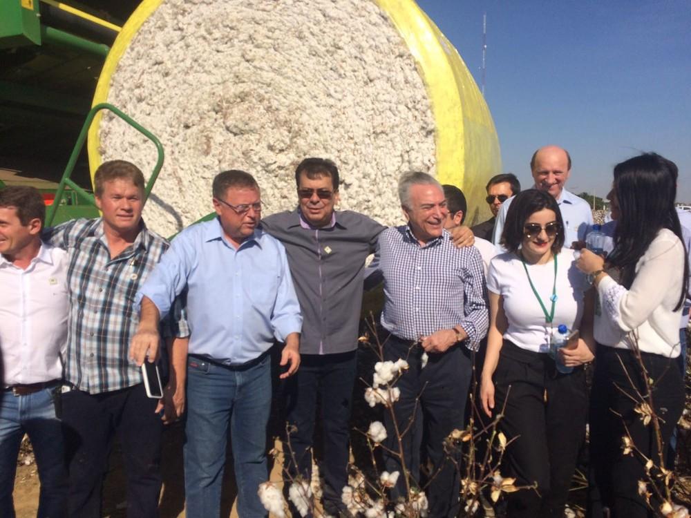 Ministro da Agricultura, Blairo Maggi, e representantes do setor participaram de colheita simbólica de algodão (Foto: Marcelo Souza/ TVCA)