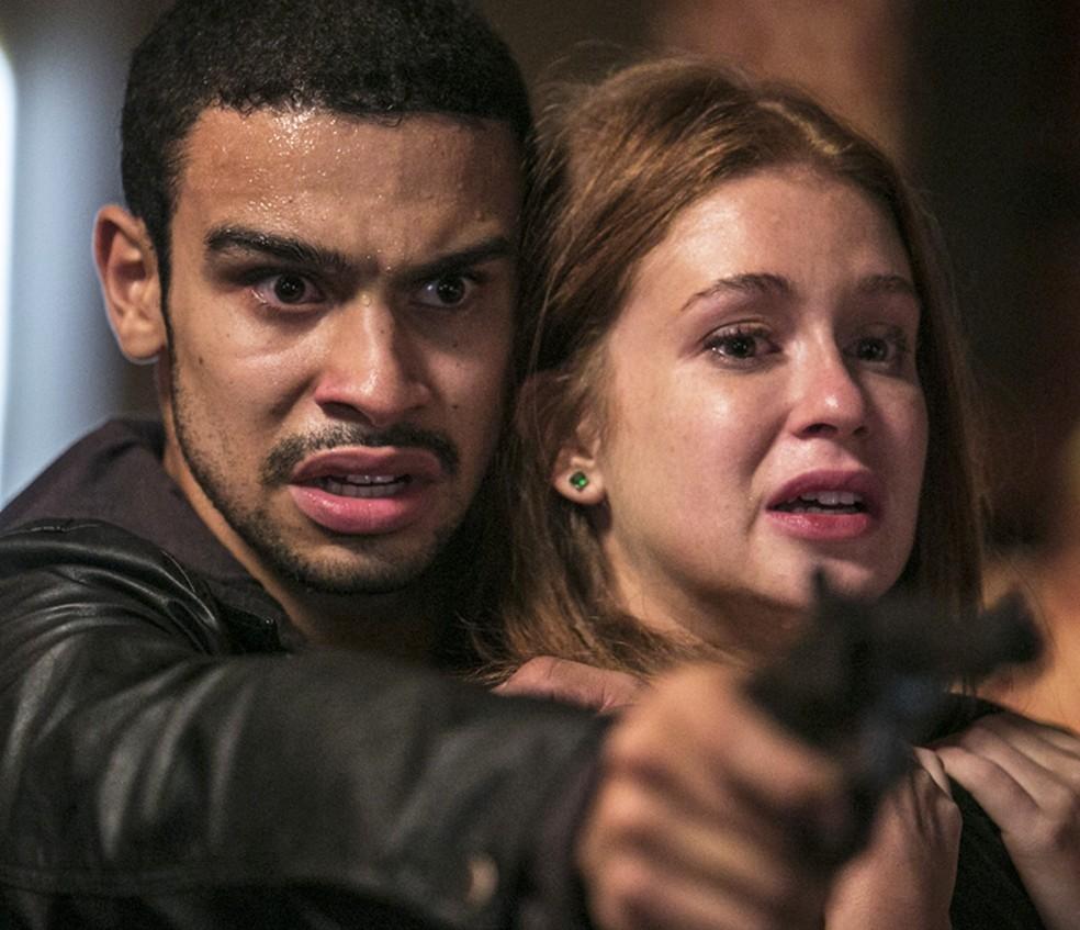 Eliza (Marina Ruy Barbosa) se desespera nas mãos de Jacaré (Sérgio Malheiros) — Foto: Raphael Dias/Gshow