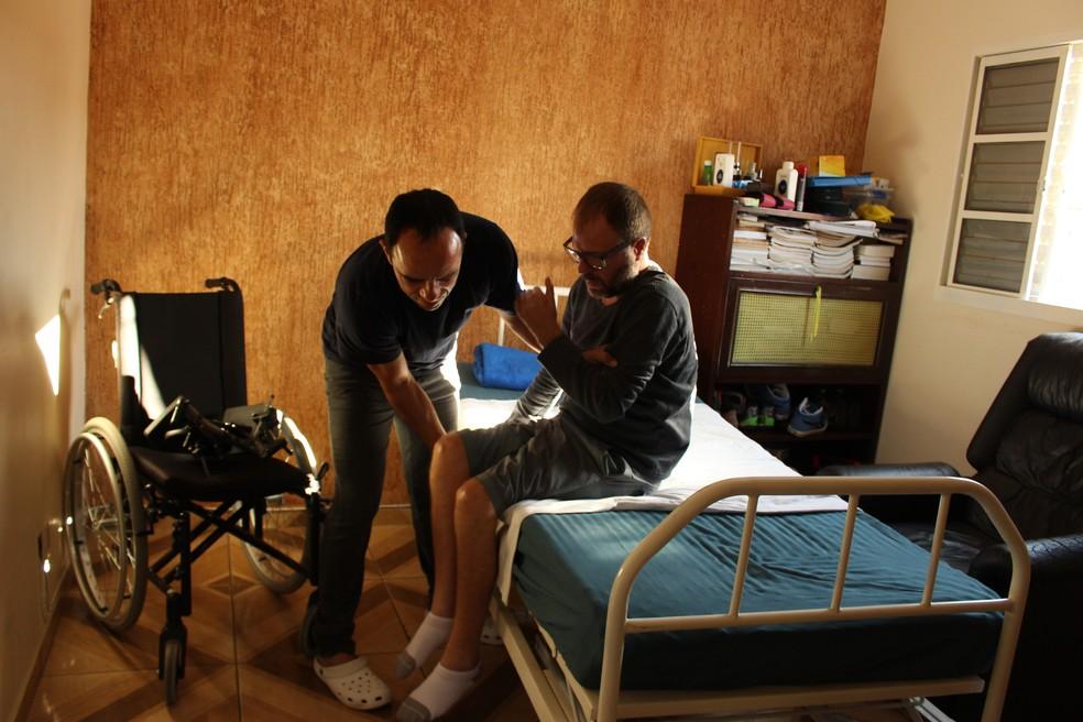 Vítima da doença, biólogo de Sorocaba precisou de enfermeiro — Foto: Camila Forti/G1