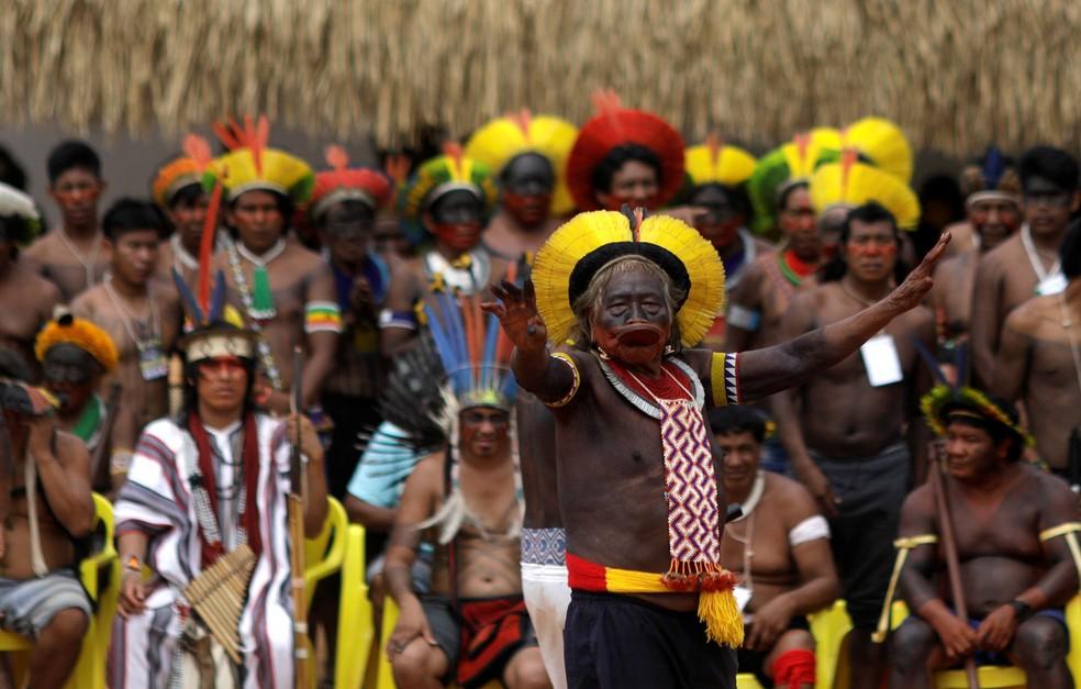 O líder indígena Cacique Raoni, da tribo Kayapo, durate discurso durante evento na vila de Piaracu, no Parque Indígena do Xingu — Foto: Ricardo Moraes/Reuters