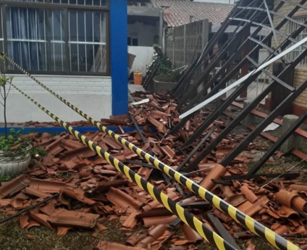 Na região de Jacaraípe, na Serra, uma pessoa se feriu devido ao destelhamento de uma casa — Foto: Reprodução/TV Gazeta