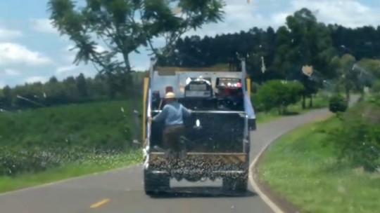 Homem é flagrado 'pegando carona' em caminhão de lixo em Ubirajara