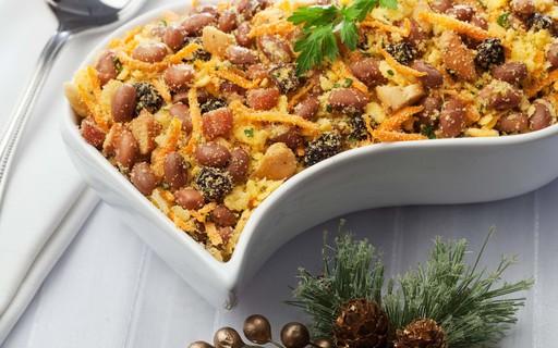 Incremente a ceia de Natal com farofa de feijão e bacon