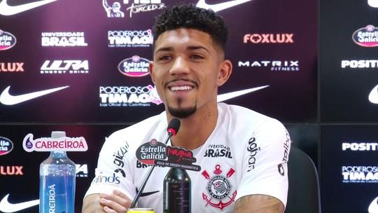 """Douglas é apresentado no Corinthians, diz se inspirar em Paulinho e celebra: """"Hoje estou curado"""""""