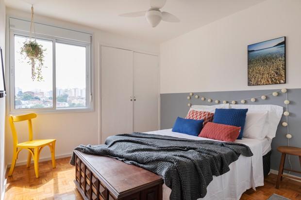 QUARTO | A pintura atrás da cama foi feita para ser uma alternativa mais barata do que a cabeceira. Quadros da Urban Arts.  (Foto: Rafael Renzo / Divulgação)