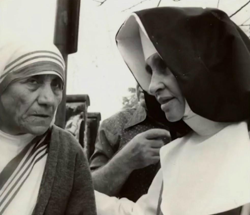 Irmã Dulce (à direita) ao lado de Madre Teresa de Calcutá. — Foto: Reprodução/TV Bahia