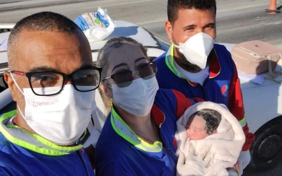 Equipe de resgate de concessionária realizou parto — Foto: Divulgação/Bahia Norte