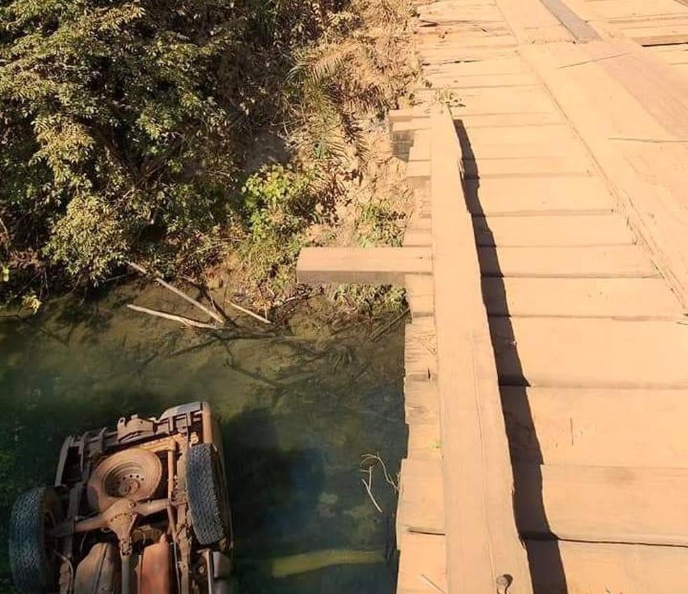 Poeira prejudicou visão de motorista que caiu de ponte, em estrada de MS. — Foto: Site Maracaju Speed