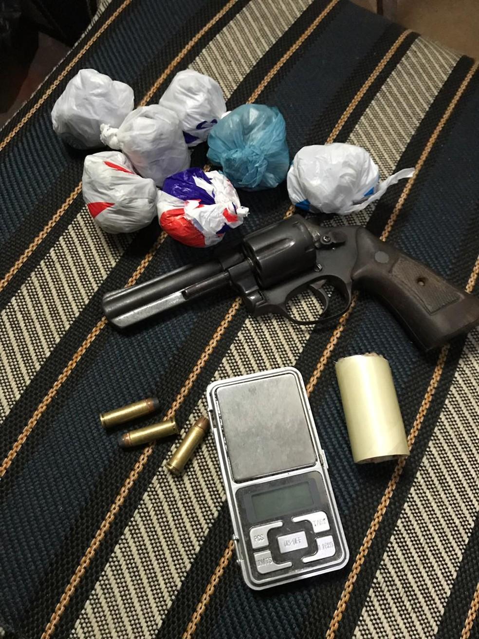 Uma arma de fogo e drogas foram apreendidas com o bando. — Foto: Divulgação/Polícia Militar
