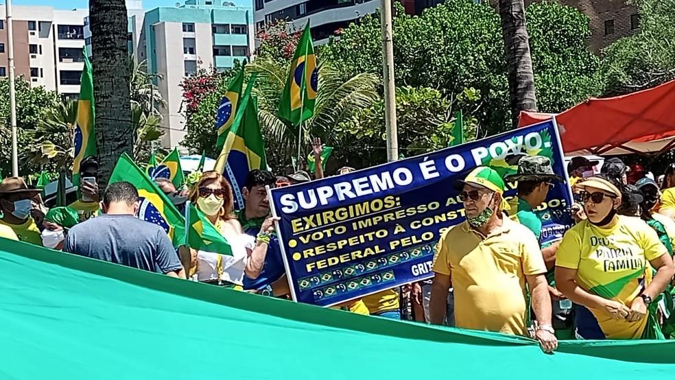 """Na concentração do ato, apoiadores de Bolsonaro exibem faixa com a grafia errada da palavra """"exigimos"""" — Foto: Jamerson Soares/G1"""