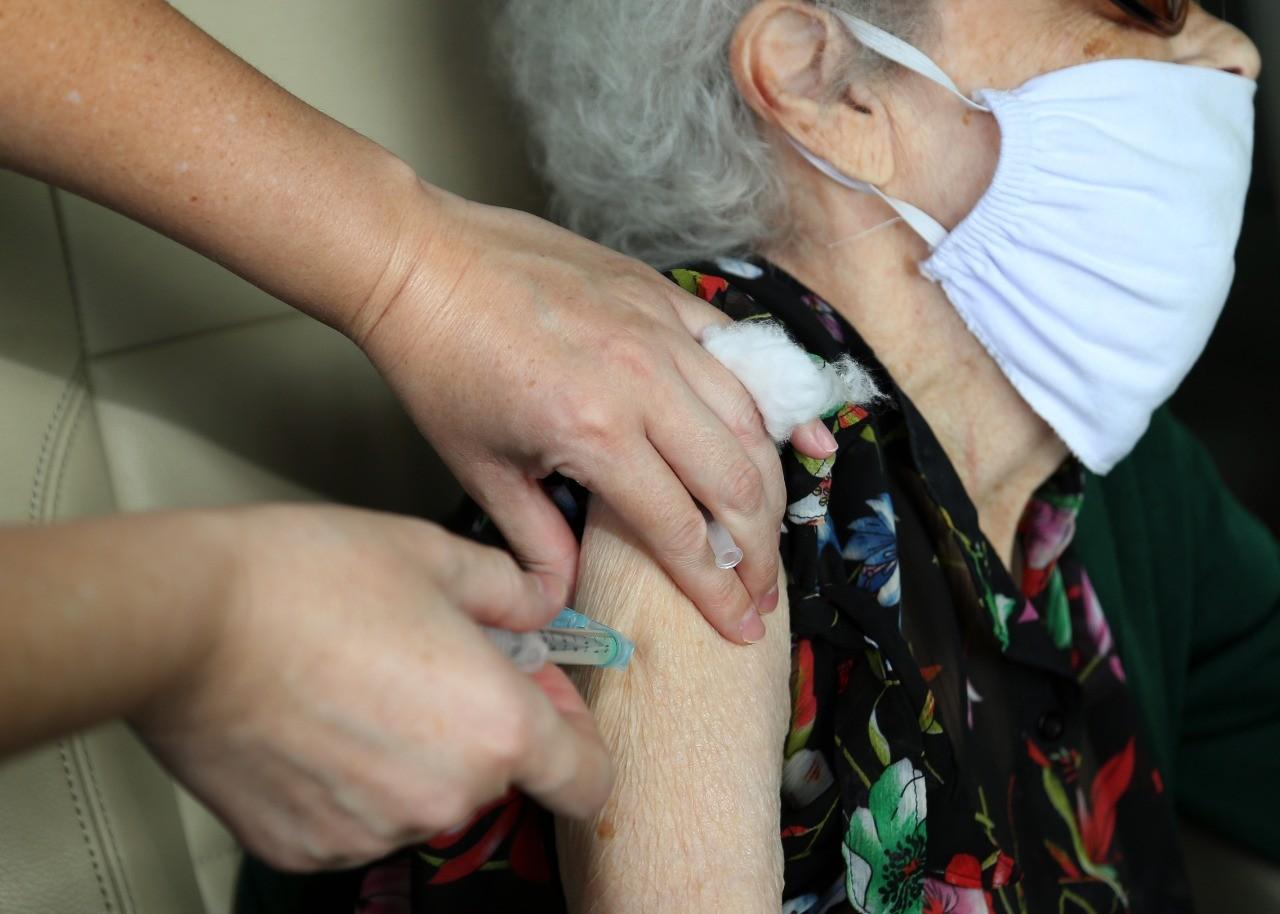 Cascavel aplica dose de reforço da Covid-19 em idosos imunossuprimidos na sexta-feira (24)