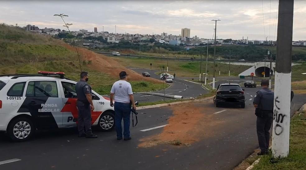 PM foi até o trecho do acidente e sinalizou o local em Marília — Foto: Alcyr Netto/Divulgação