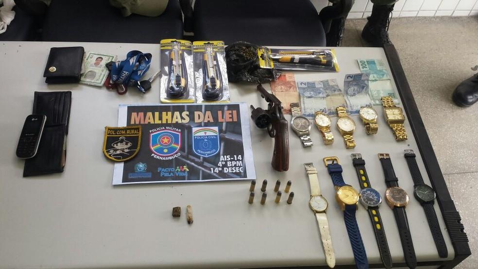 Material roubado estava com os jovens (Foto: Divulgação / PM)