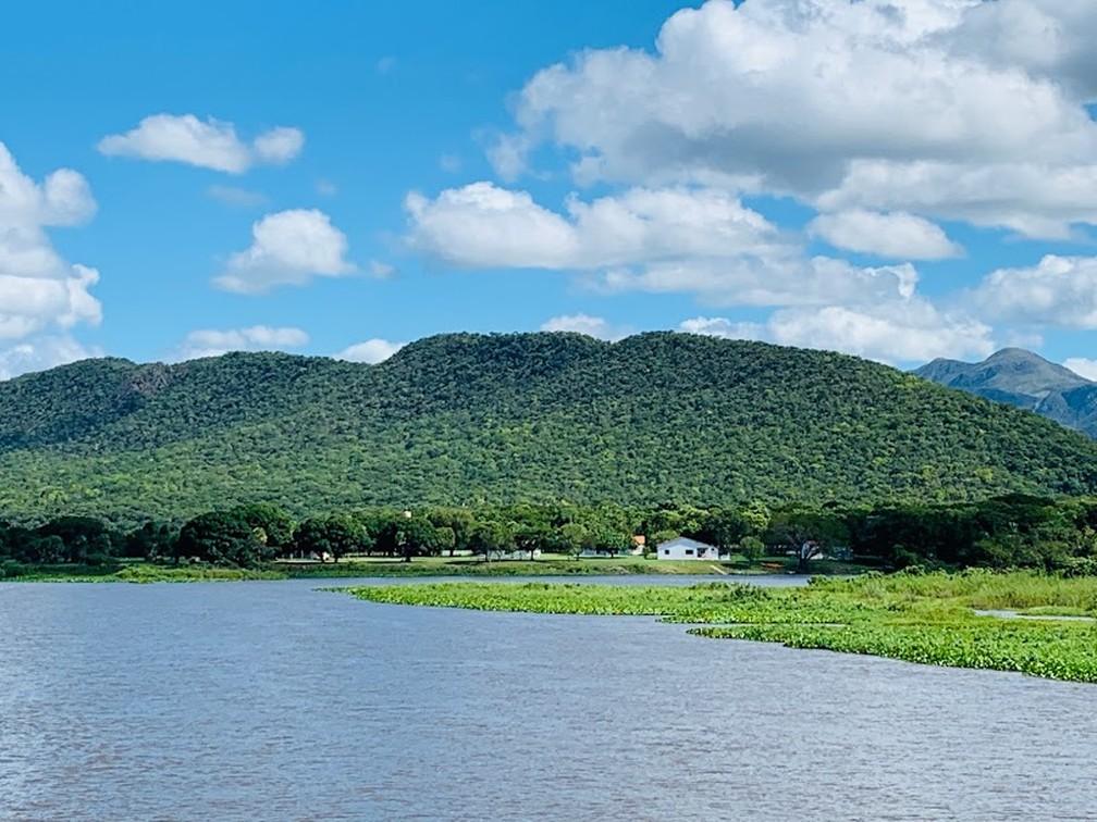 Imagem mostra casas às margens do rio — Foto: Marcelo Souza/ TVCA