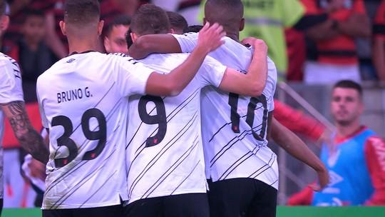 Rony recebe livre e chuta na saída de Diego Alves: gol de empate do Furacão