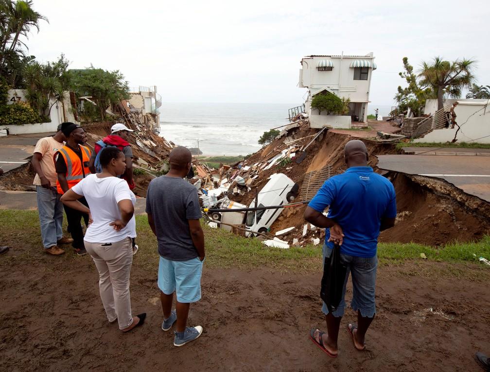 Moradores observam destruição após inundação em Amanzimtoti, na África do Sul — Foto: Rogan Ward/Reuters
