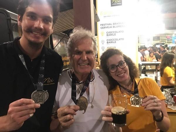Guilherme Zanin, Osmar e Bárbara Buzin comemoram a medalha de platina da Noi