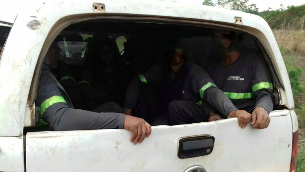 Ao todo, 13 pessoas foram encontradas em caminhonete — Foto: PRF/Divulgação