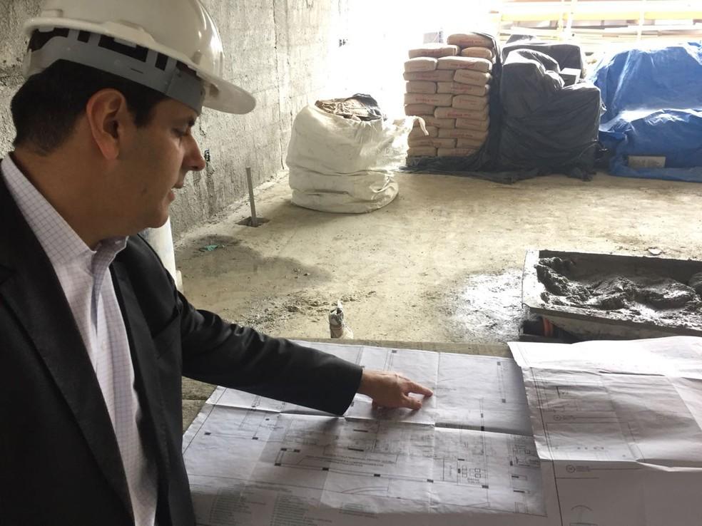 Wrobel, vice de patrimônio, mostra a planta do prédio 1 do novo Ninho do Urubu: dirigente acompanha evolução das obras desde 2010 (Foto: Raphael Zarko)