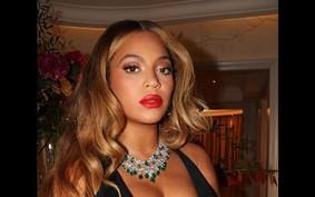 Beyoncé aposta em fenda e decote poderoso ao eleger look festivo